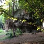 Una grotta lungo il sentiero delle Volpere