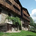 Le tipiche case del borgo in legno e pietra