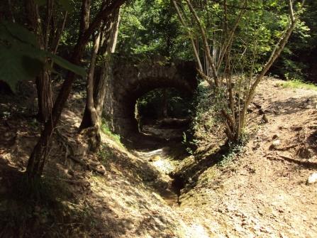 Il ponte romano sul sentiero da Colfosco a S.Anna (TV). Foto di Pietro Bolani